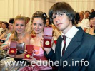 Лучших московских выпускников школ наградят медалями